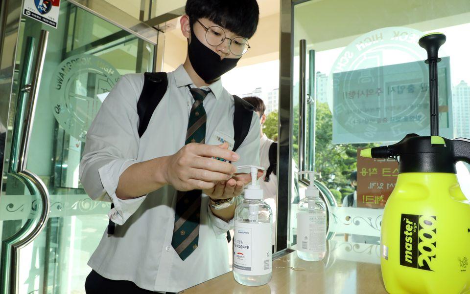 20일 오전 광주 서구 광덕고등학교에서 등교한 고3 학생이 손 소독을 하고