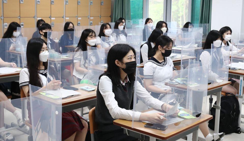 20일 오전 대전 전민동 전민고등학교에서 학생들이 칸막이가 세워진 책상 앞에 앉아