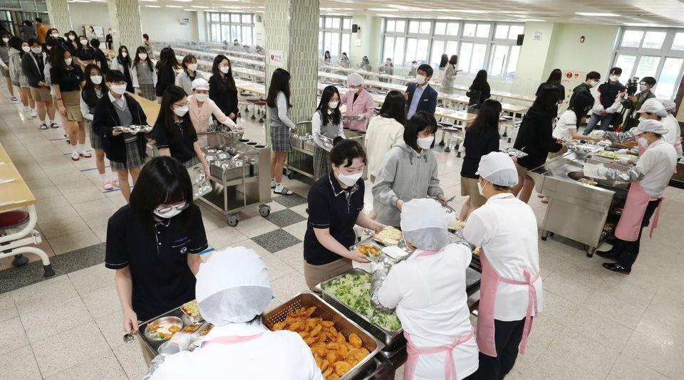 20일 오전 대전 유성구 도안고등학교에서 학생들이 급식실에서 거리를 유치한 채 배식을 받고