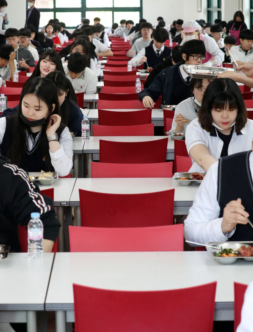 20일 서울 동작구 서울공고에서 고등학교 3학년 학생들이 거리두기를 하며 식사를 하고