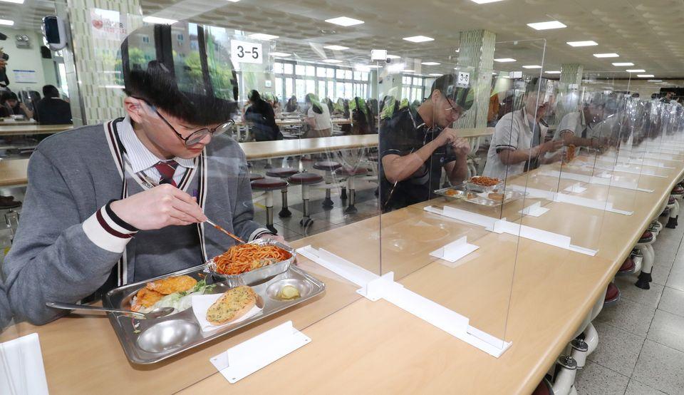 20일 오전 대전 유성구 도안고등학교에서 학생들이 칸막이 설치된 급식실에서 점심을 먹고