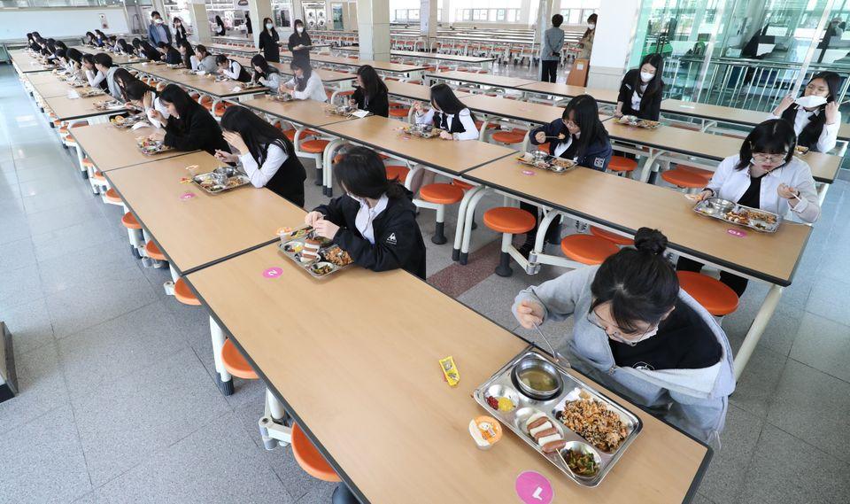 20일 오후 충북 청주시 서원구 중앙여자고등학교에서 학생들이 한 방향을 바라보고 급식을 먹고