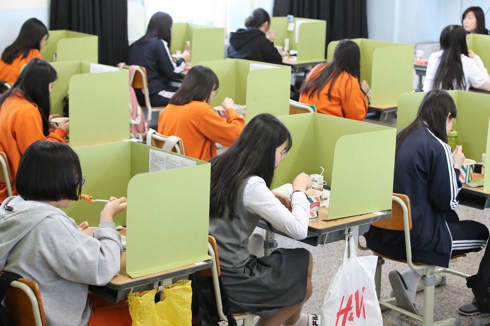 고3 학생들의 등교 수업이 시작된 20일 대구 북구 경명여고 교실에서 점심시간을 맞아 급식업체가 제공한 간편식 도시락을 학생들이 칸막이 안에서 먹고