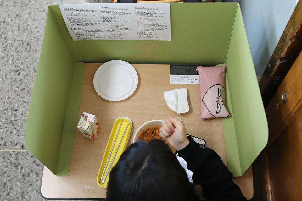 20일 대구 북구 경명여고 교실에서 점심시간을 맞아 급식업체가 제공한 간편식 도시락을 학생들이 칸막이 안에서 먹고