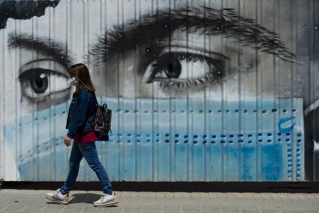 Una mujer con mascarilla en Barcelona el 11 de mayo de 2020 (Adria Puig/Anadolu Agency via Getty