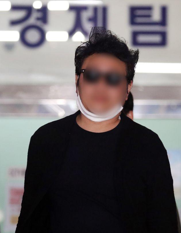 아파트 경비원 폭행 입주민이 18일 오전 서울 강북경찰서에서 피의자 신분으로 조사를 받고 귀가하고