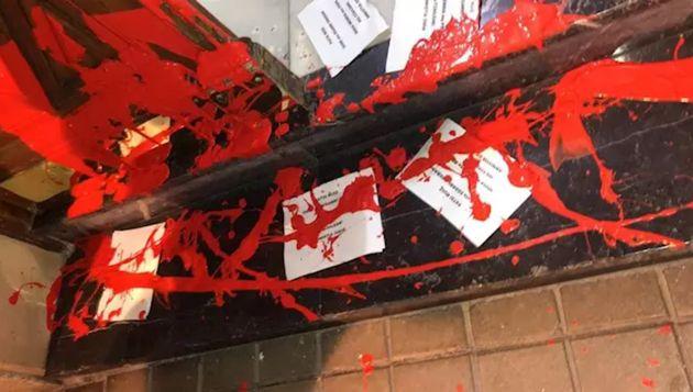 Imagen del portal de acceso al domicilio de la secretaria general del PSE-EE, Idoia Mendia, tras el ataque...