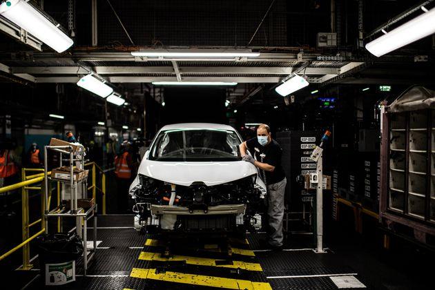 Un employé travaillant à l'usine Renault de Flins-sur-Seine (Yvelines), le 6 mai