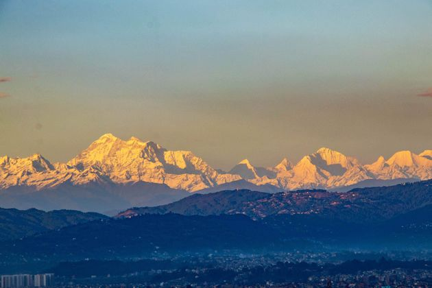Les chaînes de montagnes de l'Everest sont visibles depuis la vallée de Katmandou, pourtant située à...