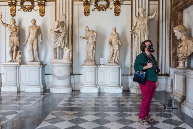 Ρώμη, Ιταλία: Επισκέπτρια με μάσκα στα Μουσεία Καπιτωλίου.