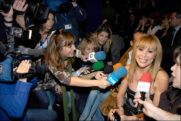 Ana García Obregón atendiendo a la prensa en una foro de archivo.