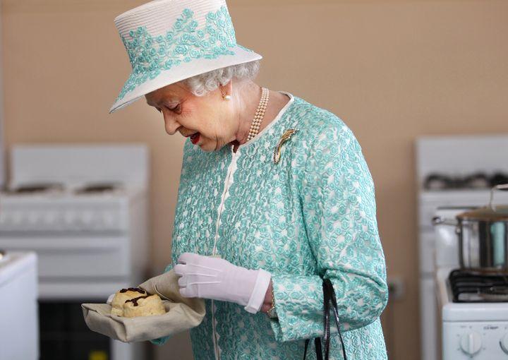 Η βασίλισσα Ελισάβετ επισκέπτεται την κουζίνα του κολεγίου Clontafr Aboriginal στο Περθ, τον Οκτώβριο του 2011 και δοκιμάζει σκόουνς.