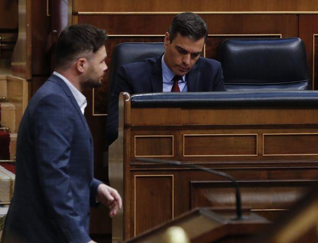 El portavoz de ERC, Gabriel Rufián, pasa frente al presidente del Gobierno, Pedro Sánchez, este miércoles...