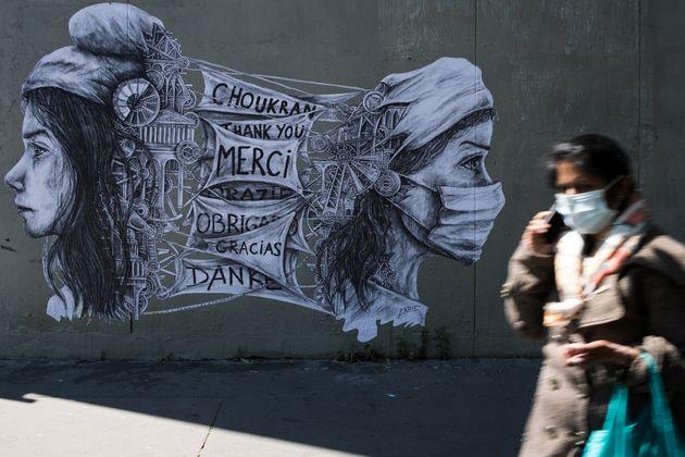 Une oeuvre de street-art de l'artiste Ardif, représentant une Marianne remerciant les soignants,...