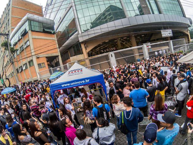 Dezenas de estudantes esperam para fazer provas do Enem em São