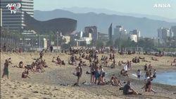 A Barcellona primi allentamenti del lockdown: la spiaggia è presa d'assalto