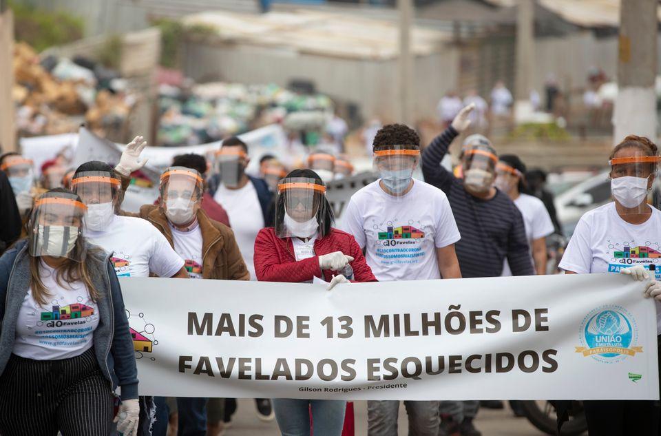 Moradores de Paraisópolis, uma das maiores favelas de São Paulo, exigindoque o governo...