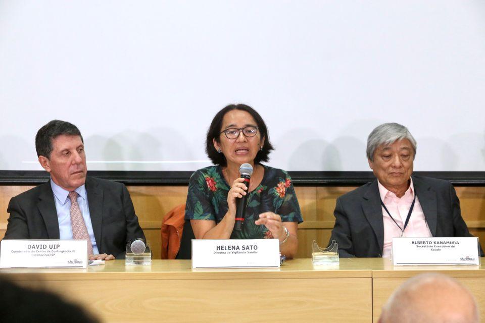 Davi Uip (à esq), Helena Sato e Alberto Nakamura em coletiva de imprensa sobre o primeiro caso...
