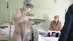 러시아 간호사가 반투명 방호복 안에 비키니를 착용한