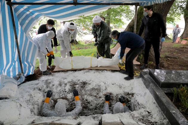 Ταφή νεκρού από κορονοϊό στο Ιράν.
