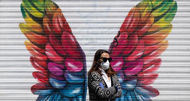 Una mujer con mascarilla, en Madrid el 25 de abril de 2020 (AP Photo/Manu