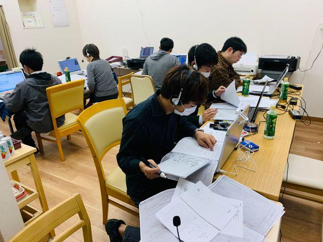 子どもたちにオンラインで学習支援をする有償ボランティアの大学生ら
