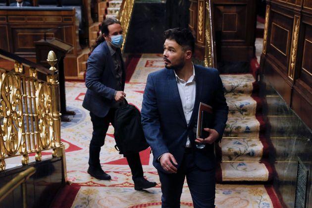 Gabriel Rufián, de ERC, en primer plano y el vicepresidente segundo del Gobierno, Pablo Iglesias, detrás...