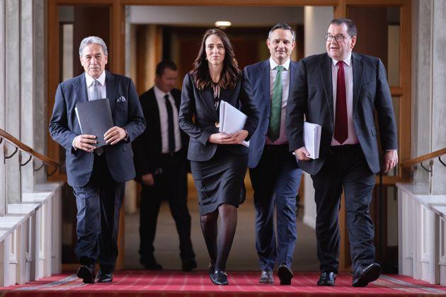 La primera ministra de Nueva Zelanda, Jacinda Ardern, junto a vario ministros de su