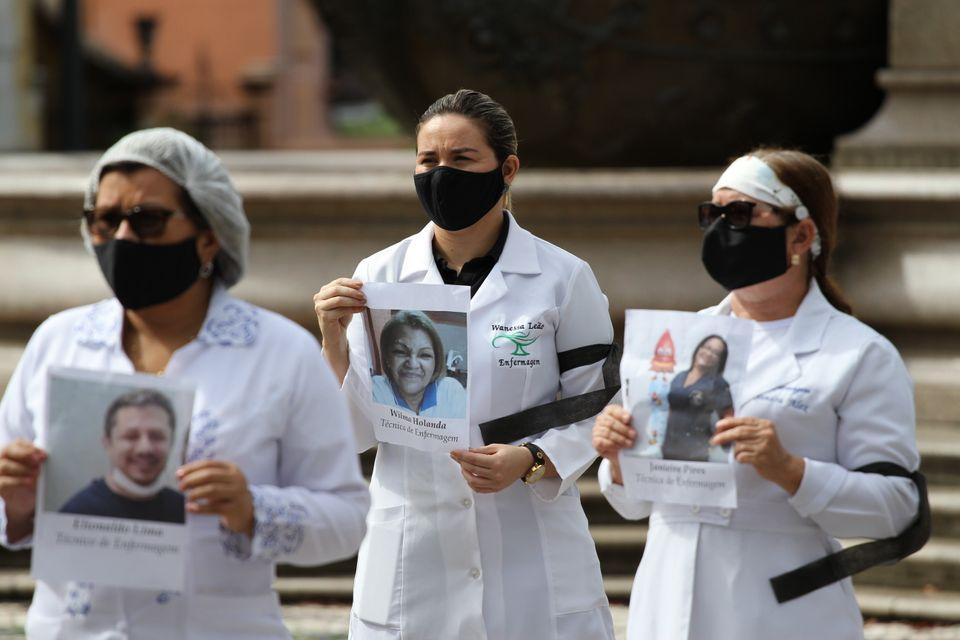Em 12 de maio de 2020, membros do Conselho Regional de Enfermeiras do Amazonas (COREN-AM) realizam protesto...