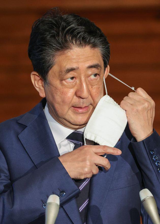 マスクを外して記者団とのやりとりに応じる安倍晋三首相=5月21日午後、首相官邸