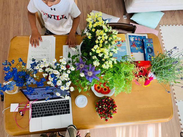 普段学習机として使っているダイニングテーブルは、弟と母親も作業しているので、ちょっとしたことで喧嘩になったりイライラしたり…。家中の花瓶と植木鉢で仕切りを作ってみました。お互いに話しかけたり顔を合わせたりする前に花が目に入ると、一呼吸置けるようになりました。(小4の息子を持つ女性