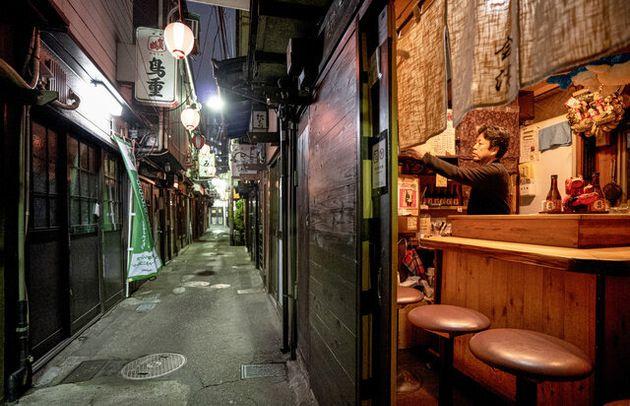 4月上旬から自主休業が続く渋谷の「のんべい横丁」。3日に一度空気を入れ替えるため店を訪れる居酒屋「会津」の店主・御厨浩一郎さん=2020年5月20日夜、東京・渋谷、遠藤啓生撮影