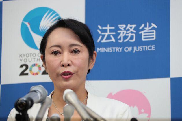 記者会見する森雅子法相=2020年1月6日、法務省、飯塚悟撮影