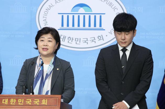 고 구하라 씨 오빠 구호인 씨가 22일 오전 서울 여의도 국회 소통관에서 서영교 의원과 함께 구하라법 통과 촉구 기자회견을 하고