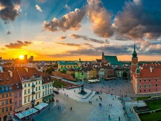 平時のワルシャワ。歴史的建造物とパステルカラーの家々に囲まれた美しい街は、観光客にも人気