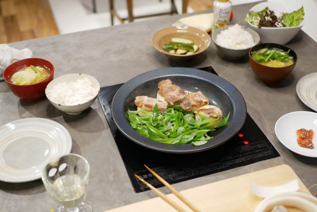 IHヒーターつきのミングルを使った焼き物と具だくさんの味噌汁。「3食を楽に食べまわす」のを意識している