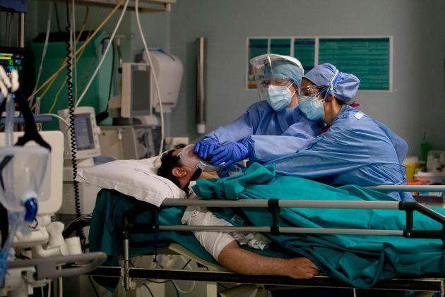 Ασθενής με Covid-19 στο νοσοκομείο...