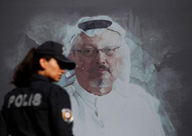 Una policía turca junto a un mural dedicado a Jamal Khashoggi el 2 de octubre de 2019 (AP Photo/Lefteris