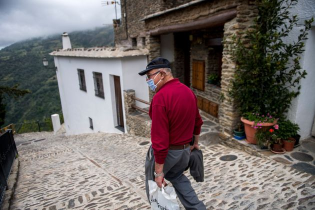 Un hombre en Capileira, en la Alpujarra granadina, el 11 de mayo de 2020 (Carlos Gil Andreu/Getty