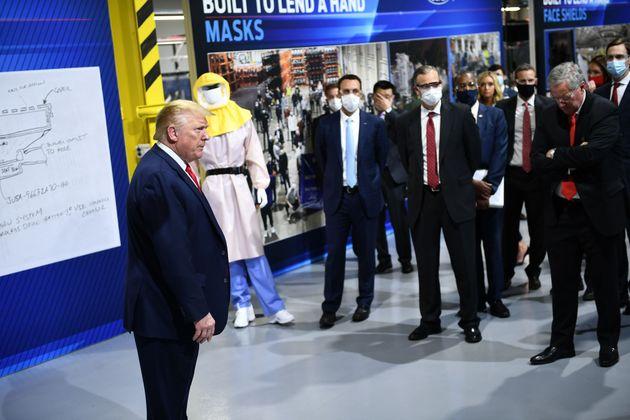 마스크를 쓰지 않은 트럼프 측 인사들과 마스크를 착용한 포드