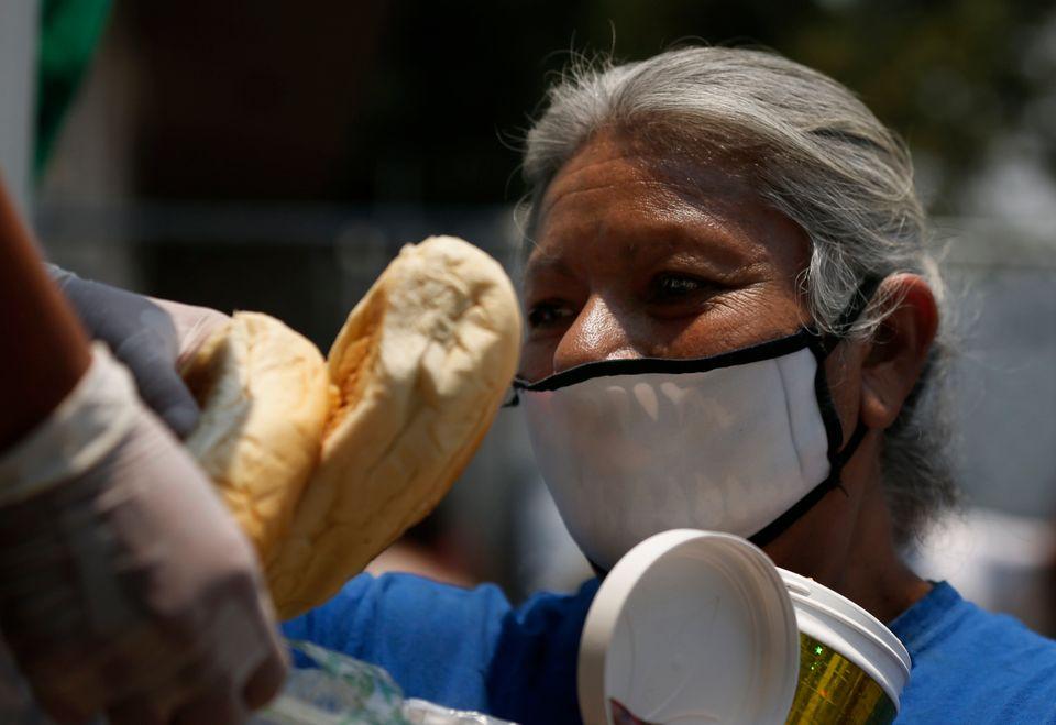 Γυναίκα στο Μεξικό απλώνει...