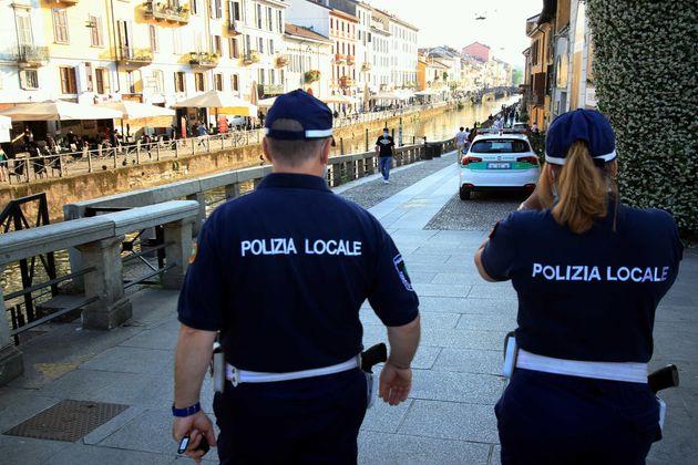 Controlli della polizia sui Navigli e Darsena, Milano. ANSA / PAOLO