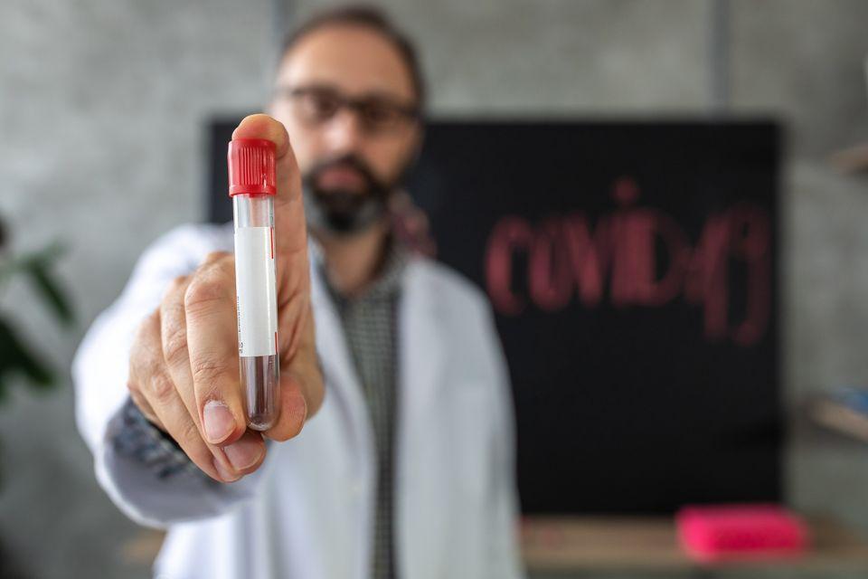 Face au coronavirus, les épidémiologistes, virologues et autres scientifiques sont les invités préférés des médias et les experts les plus sollicités par la classe politique