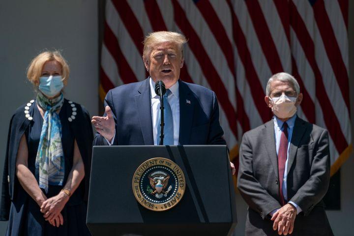 Donald Trump, acompañado por los doctores Birx y Fauci, hablando sobre los avances en la vacuna para el coronavirus y sin mascarilla.