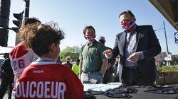 Le trio Legault-Bergevin-Drouin distribue des masques... et attire la
