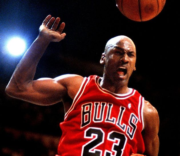 Michael Jordan anota frente a los Warrios, en