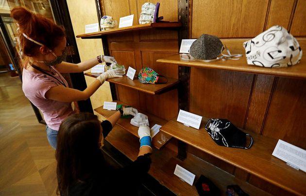 Funcionários do Museu Nacional da República Tcheca preparam exposição de...