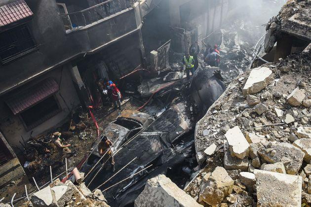 Aereo si schianta sulle case a Karachi. Quasi cento