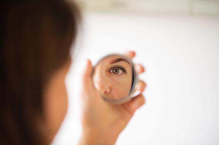 J'ai vérifié que mon maquillage n'était pas défait comme il m'arrive souvent: en me pointant devant le miroir pour fixer un point précis de mon visage pour éviter le contact visuel avec moi-même.