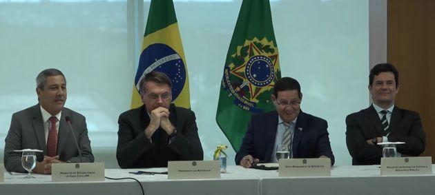 Presidente Jair Bolsonaro, ao lado de ministro-chefe da Casa Civil, Braga Netto, vice-presidente, Hamilton...